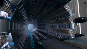 Transportador automatizado en trabajo en una fábrica moderna metrajes