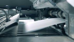 Transportador con conseguir de papel lanzado sobre él almacen de video