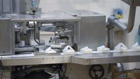Transportador con el empaquetado del requesón Producción de requesones en fábrica Producción de productos lácteos almacen de metraje de vídeo