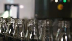 Transportador con las botellas de leche limpias en la fábrica grande almacen de video