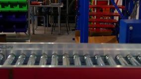 Transportador con una caja azul metrajes