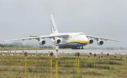 Transportador de cargo de los aviones de An-124-100M-150 Ruslan Ukrainian en G Fotos de archivo