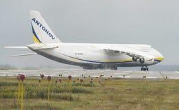 Transportador de cargo de los aviones de An-124-100M-150 Ruslan Ukrainian en G Imagen de archivo libre de regalías