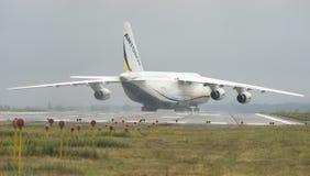 Transportador de cargo de los aviones de An-124-100M-150 Ruslan Ukrainian en G Imagenes de archivo