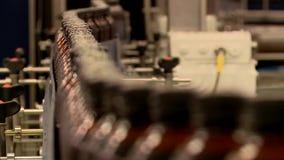 Transportador de la cervecer?a con las botellas de cerveza pl?sticas metrajes