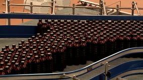 Transportador de la cervecer?a con las botellas de cerveza pl?sticas almacen de metraje de vídeo