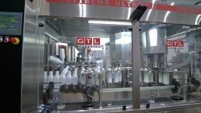 Transportador de la fábrica de la leche almacen de metraje de vídeo