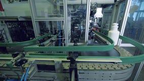 Transportador de la fábrica que transporta las botellas plásticas almacen de metraje de vídeo