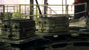 Transportador de la planta siderúrgica con el metal fundido almacen de video