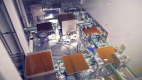 Transportador de trabajo con las placas solares del módulo Concepto de la energía renovable almacen de metraje de vídeo