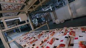 Transportador en la planta para la producci?n de papel pintado F?brica moderna Proceso de fabricaci?n del papel pintado almacen de metraje de vídeo