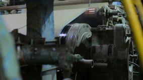 Transportador en un molino de papel viejo almacen de metraje de vídeo