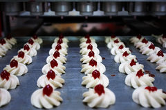Transportador industrial para hacer los pasteles Foto de archivo libre de regalías