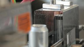 Transportador para las latas de aluminio de relleno Los bancos se están moviendo a lo largo de la banda transportadora, y la máqu metrajes