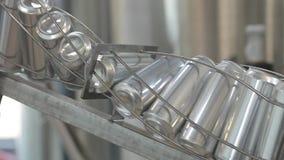 Transportador para las latas de aluminio de relleno Los bancos se están moviendo a lo largo de una banda transportadora almacen de video