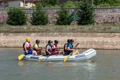 Transportando al equipo en balsa en transportar al equipo de deportes en balsa en raza del flotador en el río Nisava en la ciudad Fotos de archivo libres de regalías