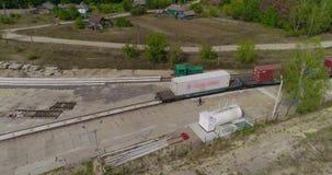 Transportando a carga pelo trem, recipientes de transporte Recipientes de transportes do trem de mercadorias em áreas rurais video estoque