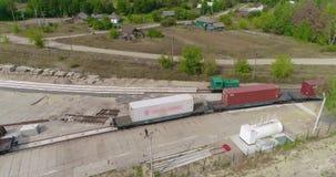 Transportando a carga pelo trem, recipientes de transporte Recipientes de transportes do trem de mercadorias em ?reas rurais filme