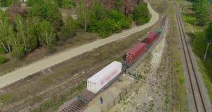 Transportando a carga pelo trem, recipientes de transporte Recipientes de transportes do trem de mercadorias em ?reas rurais video estoque
