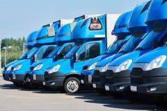 Transportando a empresa de serviços camionetes de entrega comerciais na fileira imagens de stock