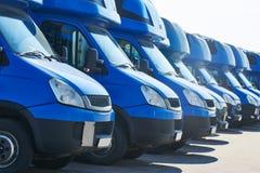 Transportando a empresa de serviços camionetes de entrega comerciais na fileira fotografia de stock royalty free
