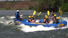 Transportando en aguas ásperas el Nilo en balsa blanco almacen de metraje de vídeo
