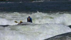 Transportando en aguas ásperas el Nilo en balsa blanco almacen de video