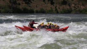 Transportando en aguas ásperas el Nilo en balsa blanco (niños) almacen de metraje de vídeo