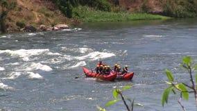 Transportando en aguas ásperas el Nilo en balsa blanco (niños) almacen de video