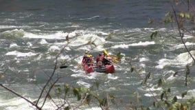 Transportando en aguas ásperas el Nilo en balsa blanco (niños) metrajes