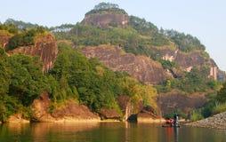 Transportando en balsa en el río de nueve curvas, montañas de Wuyi, provincia de Fujian, China foto de archivo