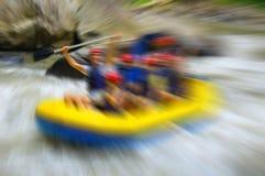 Transportando en balsa en el río de la montaña, borroso en el postproduction Fotografía de archivo