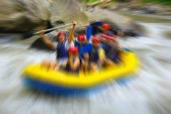 Transportando en balsa en el río de la montaña, borroso en el postproduction Imagenes de archivo