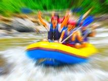Transportando en balsa en el río de la montaña, borroso en el postproduction Imagen de archivo libre de regalías