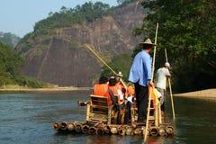 Transportando en balsa en el río de nueve curvas, Wuyishan, China foto de archivo