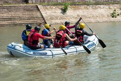 Transportando en balsa en un río Nisava de la ciudad en la ciudad del Nis, Serbia Foto de archivo libre de regalías