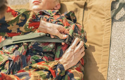 Transportando o soldado ferido Fotos de Stock Royalty Free