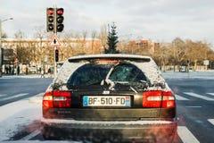 Transportando uma árvore de abeto no carro do diesel de Volvo v40 do tronco de carro Imagem de Stock
