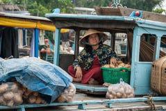 Transportando vegetais no delta de Mekong, Vietnam Fotografia de Stock