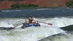 Transportant dans les eaux rugueuses le Nil par radeau blanc banque de vidéos