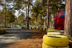 Transportant en charrette la voie faite en vieux pneus peints image stock