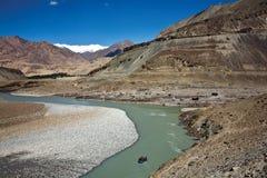 Transportant par radeau à la rivière de Zanskar près de Nimmu, Leh-Ladakh, Jammu-et-Cachemire, Inde Photos stock