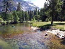 Transportant par radeau en bas de la rivière de Merced, Yosemite, la Californie image libre de droits