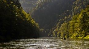 Transportant par radeau en bas de la rivière Dunajec, Pieniny, Slovaquie Image libre de droits