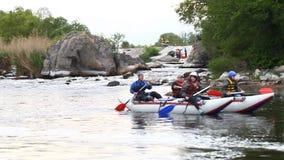 Transportant par radeau, sports aquatiques, sports extrêmes clips vidéos