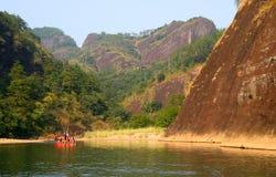 Transportant par radeau sur la rivière de neuf courbures, Wuyishan image stock
