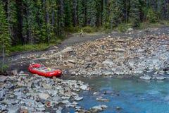 Transportar abaixo das quedas de Athabasca em Banff Jasper National Park imagens de stock royalty free