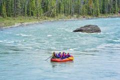 Transportar abaixo das quedas de Athabasca em Banff Jasper National Park foto de stock