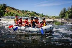 Transportar al equipo en balsa, deporte acu?tico del extremo del verano Grupo de aventurero que hace transportar en balsa del agu imagen de archivo