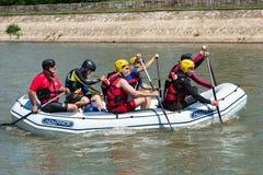 Transportar al equipo en balsa en flotador en el río Nisava en la ciudad del Nis, Serbia Imagen de archivo libre de regalías